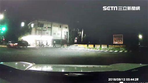 楊男加速駛離現場時,還遭警方開車衝撞(翻攝畫面)