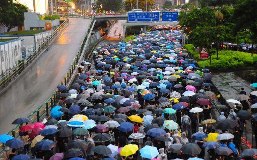 袁瑋熙:香港社運向來無真正的大台(2)學者袁瑋熙21日表示,「不割蓆」不代表沒有路線之爭,事實上「和理非」跟「勇武派」在運動中仍時有分歧意見,只不過現階段仍在可控範圍內。圖為18日「香港民間人權陣線」主辦的活動,強調和理非基調。(資料照片)中央社記者沈朋達香港攝  108年8月22日
