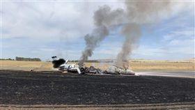 北加州歐羅維里市立機場(Oroville Municipal Airport),一架小型噴射機衝出跑道起火,圖/美聯社/達志影像