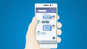 Facebook Messenger擁有Chatfuel機器人,用戶無須侷限上下班時間,24小時聊天機器人皆可回答用戶疑問或與用戶即時對話。若是電商,商家無須擔心下班時間無人理會消費者,Chatfuel皆可協助回答,而店家也可透過眾多消費者疑問及回答中,得知該消費者基本信息、愛好及目前時下流行事物,並利用廣泛大數據,針對不同消費者進行精準廣告投遞。