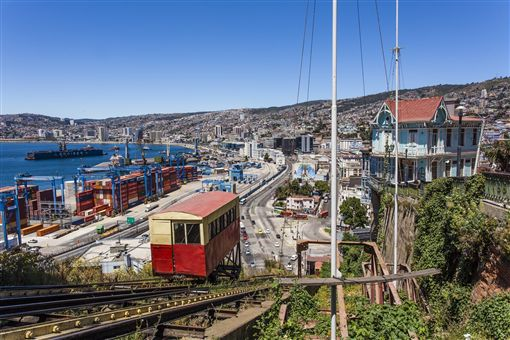 ▲從登山纜車視角欣賞智利海港城市─瓦爾帕萊索(圖/shutterstock.com)