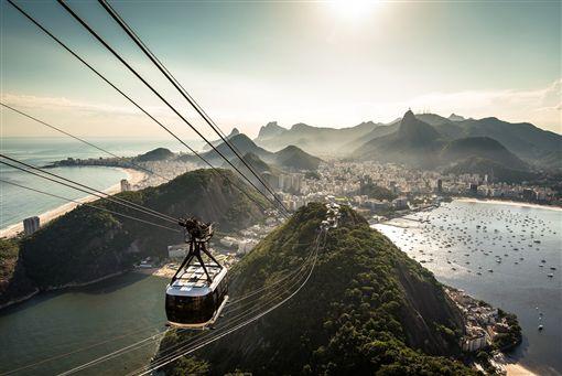 ▲搭纜車前往麵包山,一側就是里約的海灘美景。(圖/shutterstock.com)