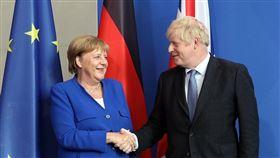 德國總理梅克爾(左)21日會晤到訪的英國首相強生(右)時表示,歐盟與英國仍有可能解決愛爾蘭邊界難題,似乎暗示願意與英國妥協。(圖/facebook.com/borisjohnson)
