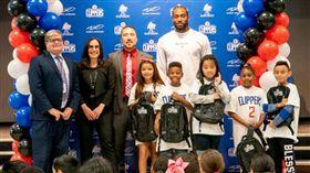 NBA/援貧童!可愛豪捐百萬個書包 NBA,洛杉磯快艇,Kawhi Leonard,書包,低收入戶,弱勢 翻攝自洛杉磯快艇官網