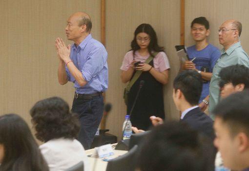 韓國瑜會日參訪團遲到25分鐘高雄市長韓國瑜(後左)22日上午市政行程排定會見日本青年局議員,卻遲到25分鐘;韓國瑜一進入會議室,就雙手合十向在場人員致歉。中央社記者董俊志攝  108年8月22日