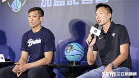 「野獸」林志傑重磅回歸台灣籃壇並加盟富邦勇士隊,與總教練許晉哲。(圖/記者林士傑攝影)
