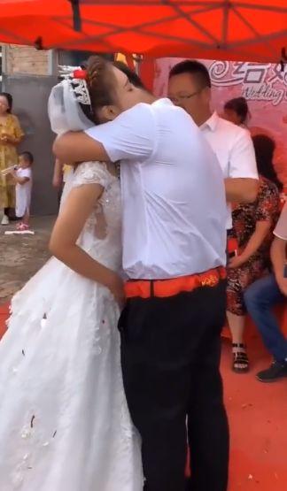 娶不到老婆…他淚娶超正妹妹(圖/翻攝自微博)