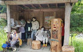 一座空蕩蕩的村子裡,半個人影都沒有,卻有隨處可見的真人比例人偶娃娃,讓人看了毛骨悚然,但這其實不是惡作劇,而是位在日本的一處偏遠鄉村「Nagoro」。這座村子因為人口外流,所以時至今日全村只剩27位村民,住在村里的老奶奶月見綾野,為了排解寂寞,決定利用娃娃讓這個村子重現生機。(圖/翻攝自Google Map)