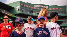 ▲紅襪的補賽招待小朋友進場。(圖/取自紅襪隊推特)