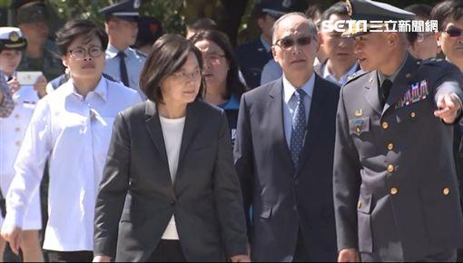 蔡英文總統上午前往金門太武山忠烈祠,出席「八二三61周年中樞紀念儀式」及受訪。