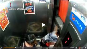 絕命終結站!為端菜不要命…陸大媽搏命跳電梯 差1秒腰斬(圖/翻攝自沸點視頻微博)