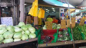 颱風白鹿逼近  台北蔬菜批發價8月新高(2)台北果菜批發市場23日整體蔬菜交易均價已攀升至每公斤43.2元,為8月新高。傳統市場菜價維持在812豪雨造成水傷後的上漲價位,高麗菜每顆破百、葉菜1把20到40元。中央社記者楊淑閔攝 108年8月23日