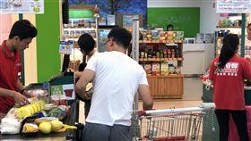 颱風天量販店菜價凍漲,愛買。
