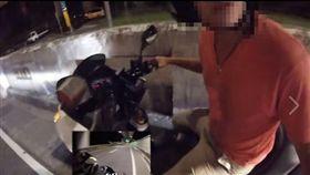 網友分享自己騎車遭休假員警逼車。(圖/翻攝自爆料公社二社)