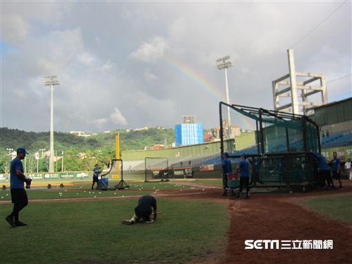 ▲天母球場出現彩虹。(圖/記者蕭保祥攝影)