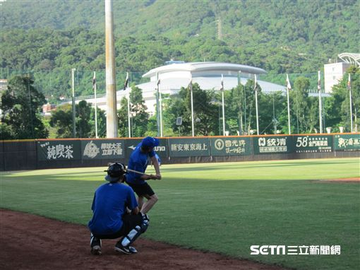 ▲捕手教練古久保健二賽前與捕手戴培峰做飛球練習。(圖/記者蕭保祥攝影)