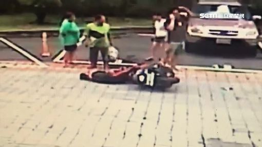 女酒駕失控連撞小黃、機車 騎士當場噴飛