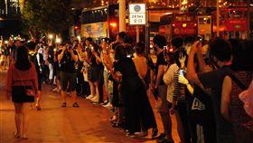 人鏈牽手串連全港 香港之路齊上齊落(1)香港23日晚間出現「香港之路」活動,示威者牽手串起人鏈,蔓延全港多區,並在晚間9時左右和平解散。中央社記者沈朋達香港攝 108年8月23日