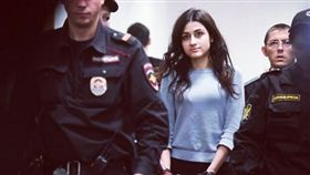 俄羅斯去年發生一起黑幫老大遭女兒聯手殺害的慘劇,日前法院公布調查結果,發現原來這3名姊妹會狠心殺害父親,是因為3人都長期遭到父親的虐待和性侵,因此才會犯下殺機。俄羅斯許多民眾得知真相後,都紛紛發起支持3姊妹的活動,認為法院應該要將她們釋放,目前已超過34萬人連署,大家都希望能拯救這3名可憐的女孩。(圖/翻攝自@Elena74266721推特)