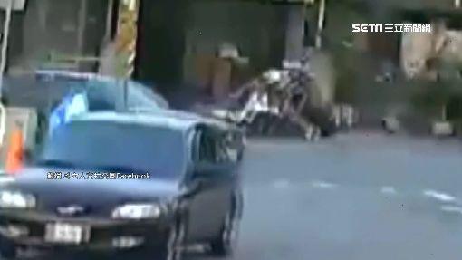 女騎士左轉遭後車撞 倒地滾兩圈