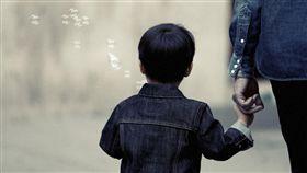 孩子,牽手。(圖/Pixabay)
