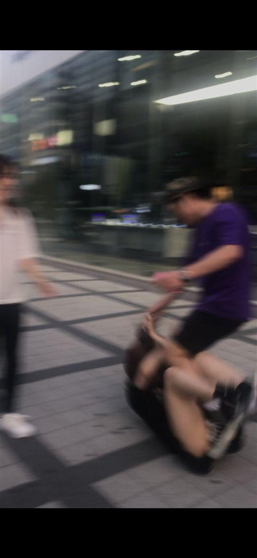 狂罵「C8」!日正妹赴韓旅遊 弘大遭韓國人爆打、猛踹圖/翻攝自miyurindarukoro推特