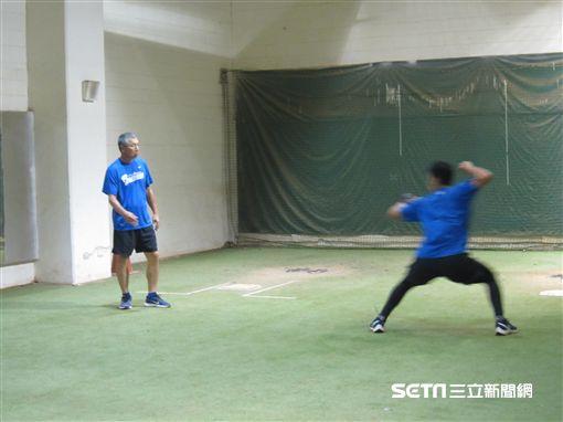▲富邦悍將投捕教練古久保健二(左)訓練戴培峰。(圖/記者蕭保祥攝影)