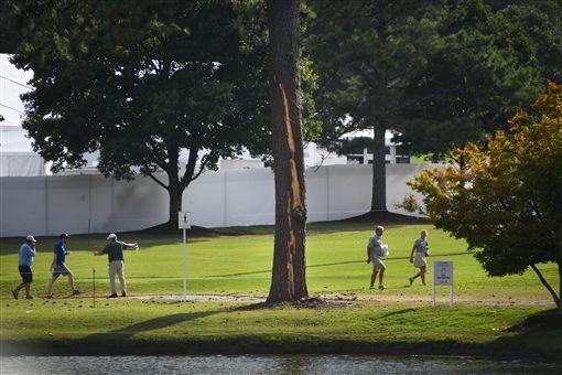 ▲閃點擊中大樹造成高球賽中斷。(圖/美聯社/達志影像)