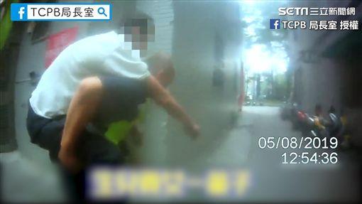 警察一路將老翁背回家。(圖/TCPB 局長室臉書授權)