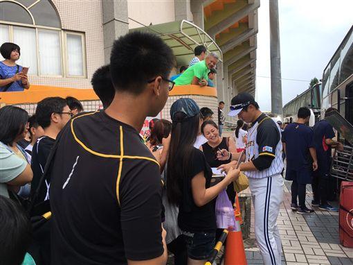 熱情球迷等待林威助,還有日本球迷專程到來。(圖/中信兄弟提供)