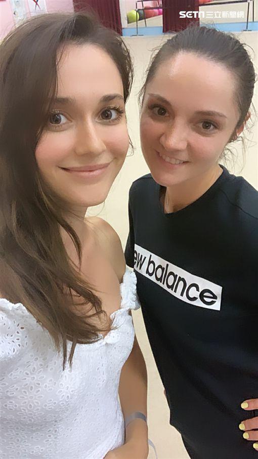 瑞莎一家人 好友烏克蘭韻律體操隊的隊友安娜貝索諾娃來擔任客座教練,指導台灣的韻律體操選手們。 照片提供為蓉億娛樂