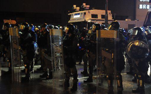 反送中荃葵青遊行 港警首次出動水炮車香港網友25日發起荃葵青遊行,之後再度演變為警民衝突,警方清場時首度出動水炮車。圖為防暴警察在楊屋道上佈防,後方即是水炮車。中央社記者沈朋達香港攝 108年8月25日