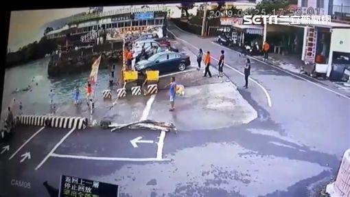 屏東縣,恆春,紅柴坑漁港,休旅車,失控,落水,受困