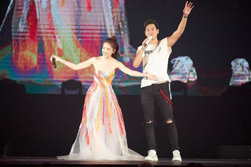 周興哲南下攻蛋第二場,邀來許瑋甯(右)當嘉賓合唱。圖/星空飛騰提供