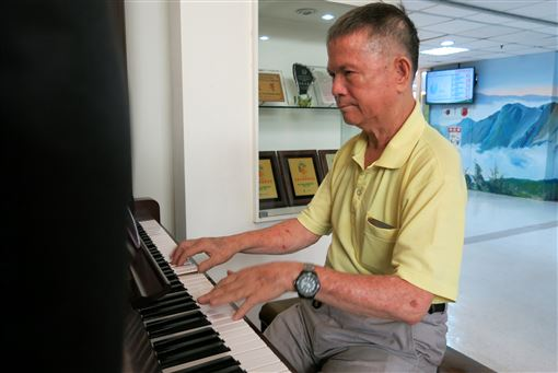 陳豐鎮,鋼琴,中風,復建,散播歡樂(圖/中央社)