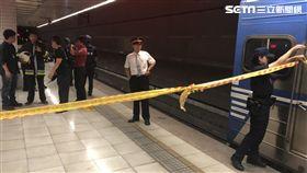 台北市南港火車站婦人落軌命危現場(翻攝畫面)