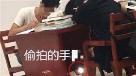 女同學趴桌睡覺...法律系男大生「伸手偷拍裙底風光」 校方:他家貧(圖/翻攝自微博)