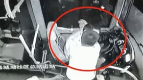 公車強抱女未成!醉男下秒竟「暴衝強吻司機」:為啥我不行(圖/翻攝自看看視頻)