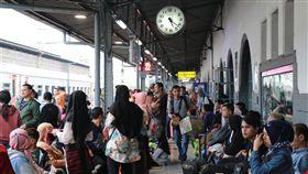 印尼開齋節假期出現返鄉人潮穆斯林今年的齋戒月即將結束,印尼民眾近日也準備歡度開齋節,各地出現攜家帶眷返鄉與親友團聚的人潮。中央社記者石秀娟雅加達攝  108年6月1日