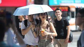 北市白天高溫炎熱炎炎夏日,台北市1日白天氣溫飆高,午後陽光耀眼,中央氣象局也提醒民眾,外出活動請注意防曬並多補充水分,避免曬傷或中暑。中央社記者徐肇昌攝 108年8月1日