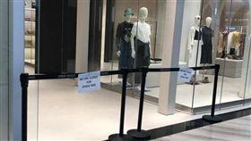 就差3小時登機…奪命鏡重砸女童「口鼻冒血亡」 員工爆:都沒鎖牢(圖/翻攝自The Straits Times Twitter)