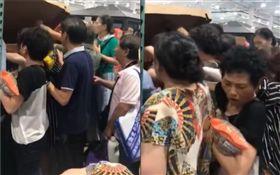 大媽的力量!中國好市多「烤雞」被搶爆 店員怒喊:排隊(圖/翻攝自微博)