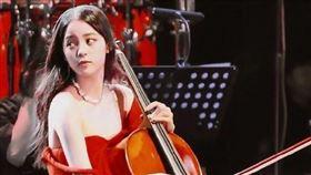 歐陽娜娜在上海舉辦巡迴音樂會,穿著細肩帶紅禮服的她在演奏途中差點走光。翻攝微博
