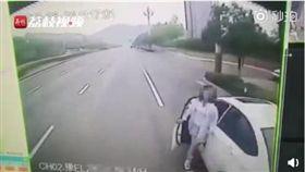 驚悚!女駕駛快車道下車 慘變公車夾心亡(圖/翻攝自微博)