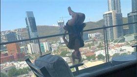 許多年輕人喜歡挑戰極限的刺激感,經常遊走在危險邊緣,一名墨西哥女子就為了挑戰自我,在6樓高的陽台外,以倒掛金鉤的瑜珈方式吊在欄杆上自拍,卻一不小心從高樓墜落,摔在社區車道上,導致全身多處骨折,被緊急送往醫院進行手術,至今都還未脫離險境。鄰居知道消息後也都表示非常遺憾,但他們也同時強調,其實經常看到這名女子在陽台做出高難度的危險動作。(圖/翻攝自推特)