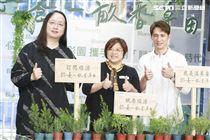 芙彤園執行長與唐鳳、溫昇豪出席產品記者會。(圖/記者林士傑攝影)