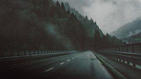 載兒夜經北宜 鬼打牆四次走不出去!安全帽傳規律敲響嚇瘋(圖/翻攝自Pixabay)