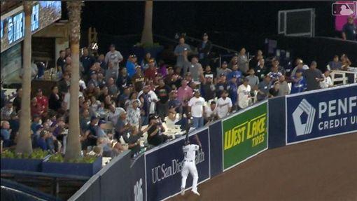 ▲教士中外野手馬格特(Manuel Margot)美技沒收貝林傑(Cody Bellinger)的43號全壘打。(圖/翻攝自MLB官網)