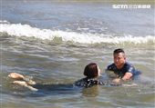炮仔聲演員陳小菁、江宏恩跳海戲,讓陳小菁吃盡鹹鹹的海水,不過她的敬業的精神值得肯定。(記者邱榮吉/攝影)