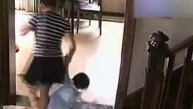 影/請人顧女兒…2歲童被摔下樓!保母:她把我弄得不開心(圖/翻攝自《看看新聞》微博)